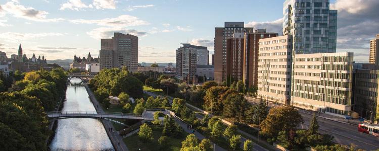 Le pavillon des Sciences sociales s'étire sur le côté ouest du campus longeant la piste du Canal Rideau qui mène au Parlement.