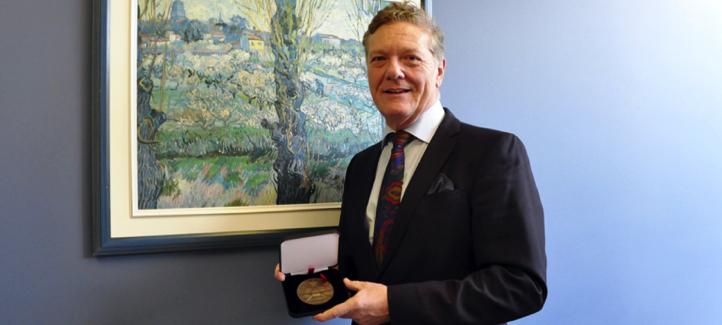 Benoît Pelletier montre sa médaille