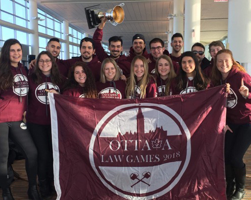 photo d'un groupe d'étudiants qui ont gagné au Ottawa Law Games