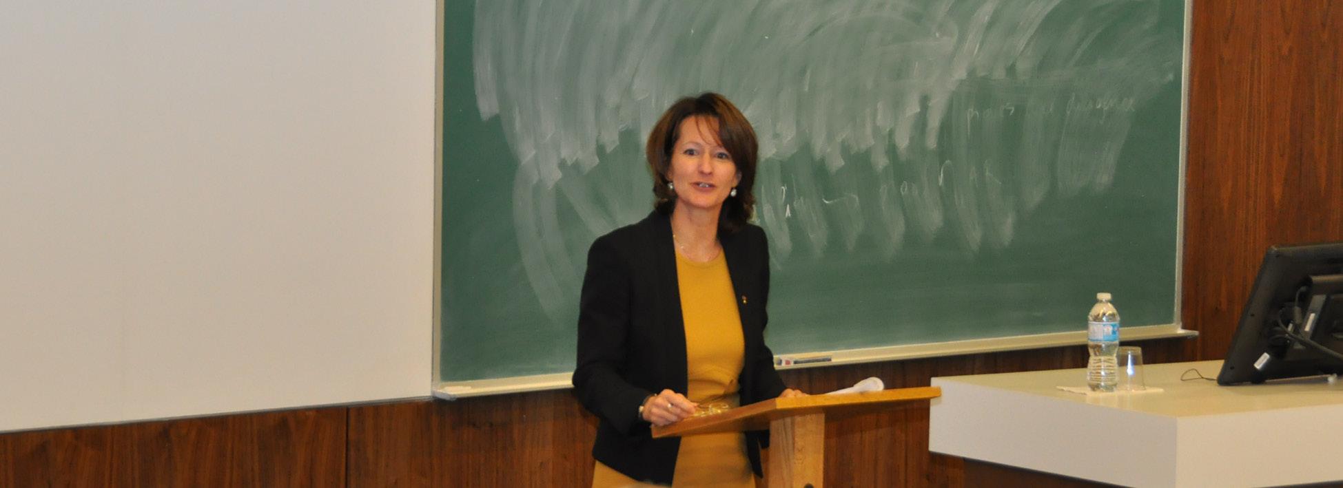 Maître Johanne Brodeur pendant qu'elle livre sa présentation au sujet des avocats engagés dans leur profession et communauté.