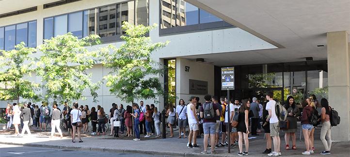 Les étudiants de première année en droit civil devant le pavillon Fauteux lors de la journée d'accueil du 6 septembre.