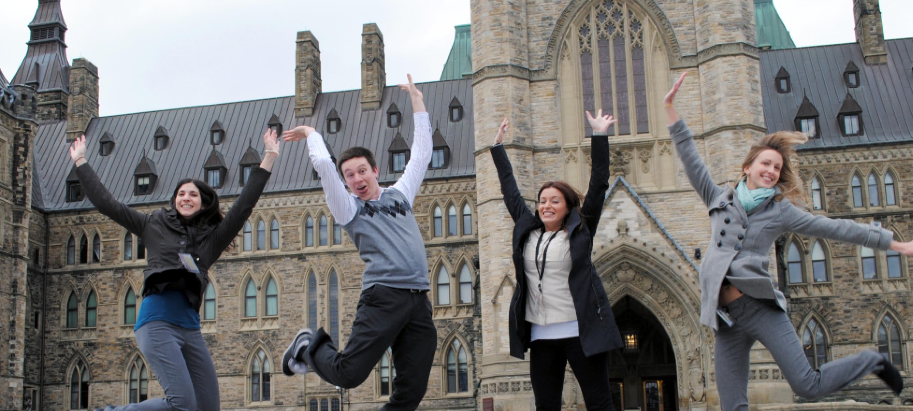 Étudiants qui sautent de moi devant le parlement canadien