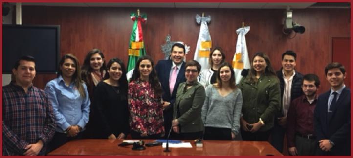 La doyenne en compagnie d'étudiants mexicains