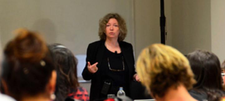 Katherine Lippel s'adresse à un groupe d'étudiants