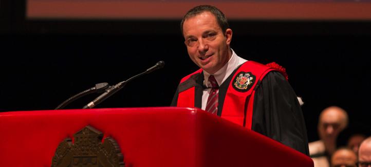 Mitch Garber prononce un discours devant les diplômés de l'Université réunis au Centre national des Arts