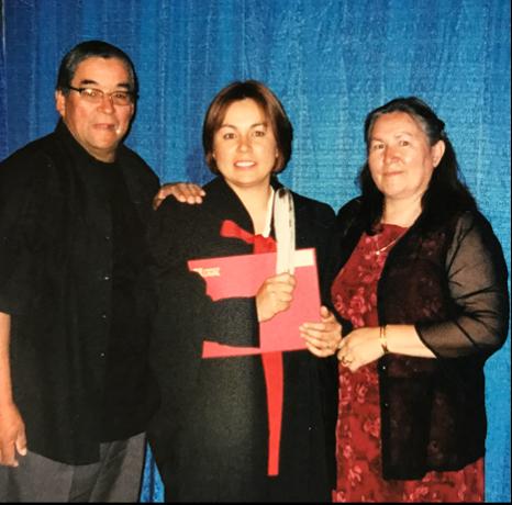 Eva Ottawa entourée de ses parents