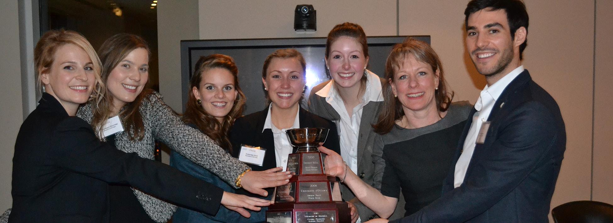 Photo de l'équipe du concours de plaidoirie Guy-Guérin tenant le trophée
