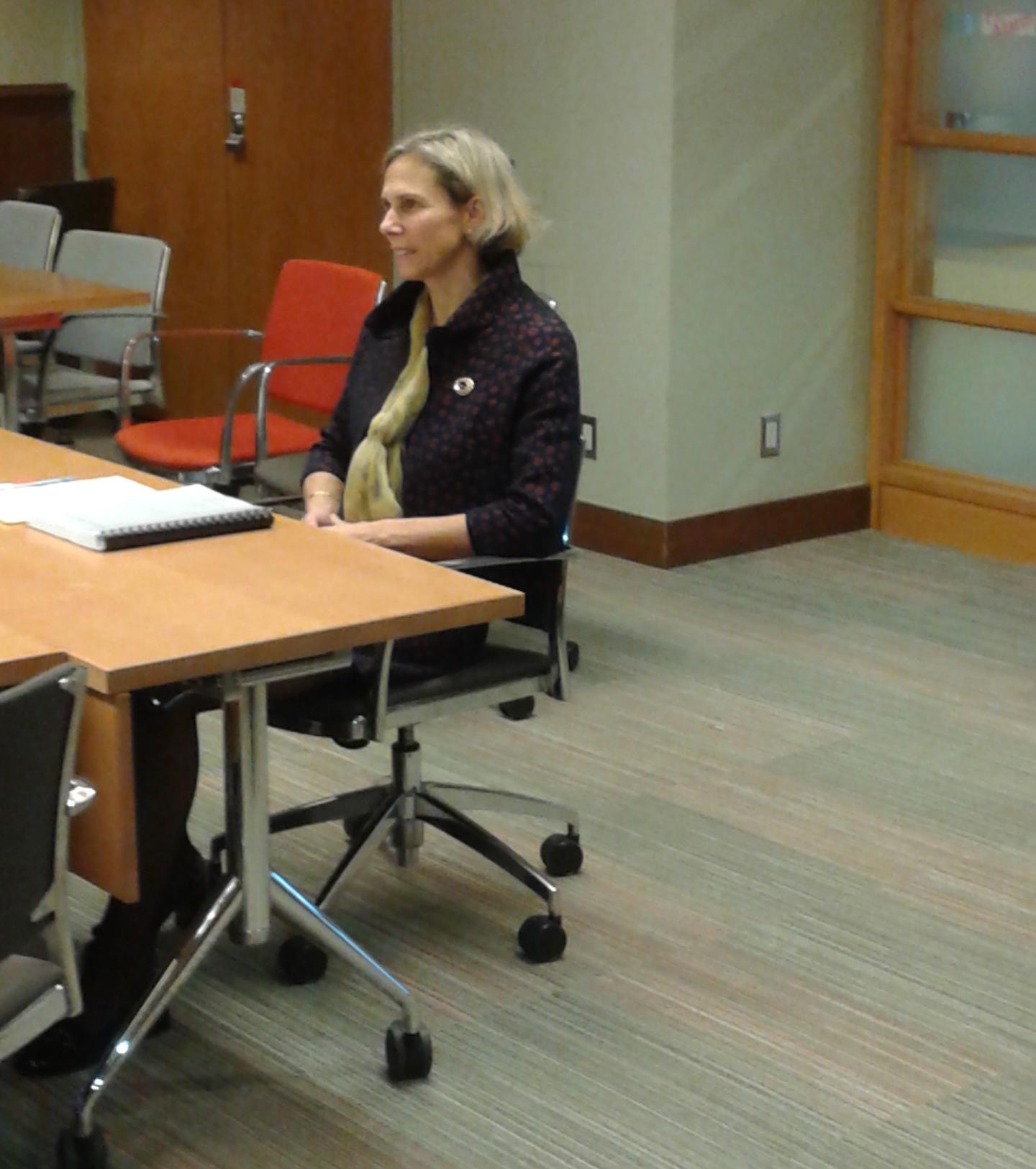 La professeure Jennifer Quaid lors de la défense de sa thèse.