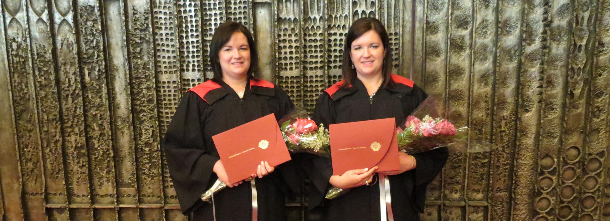 Deux sœurs graduent ensemble