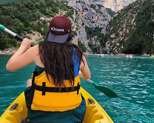 Étudiante à l'étranger qui navigue sur un kayak