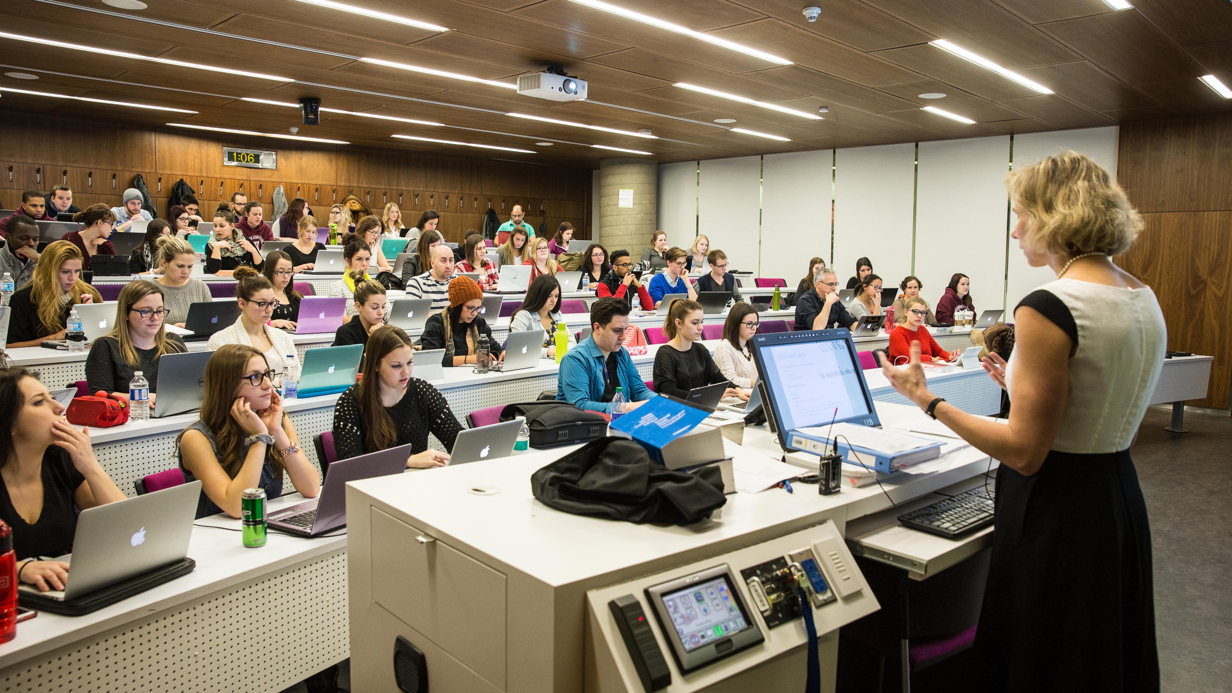 Professeur enseignant devant une classe