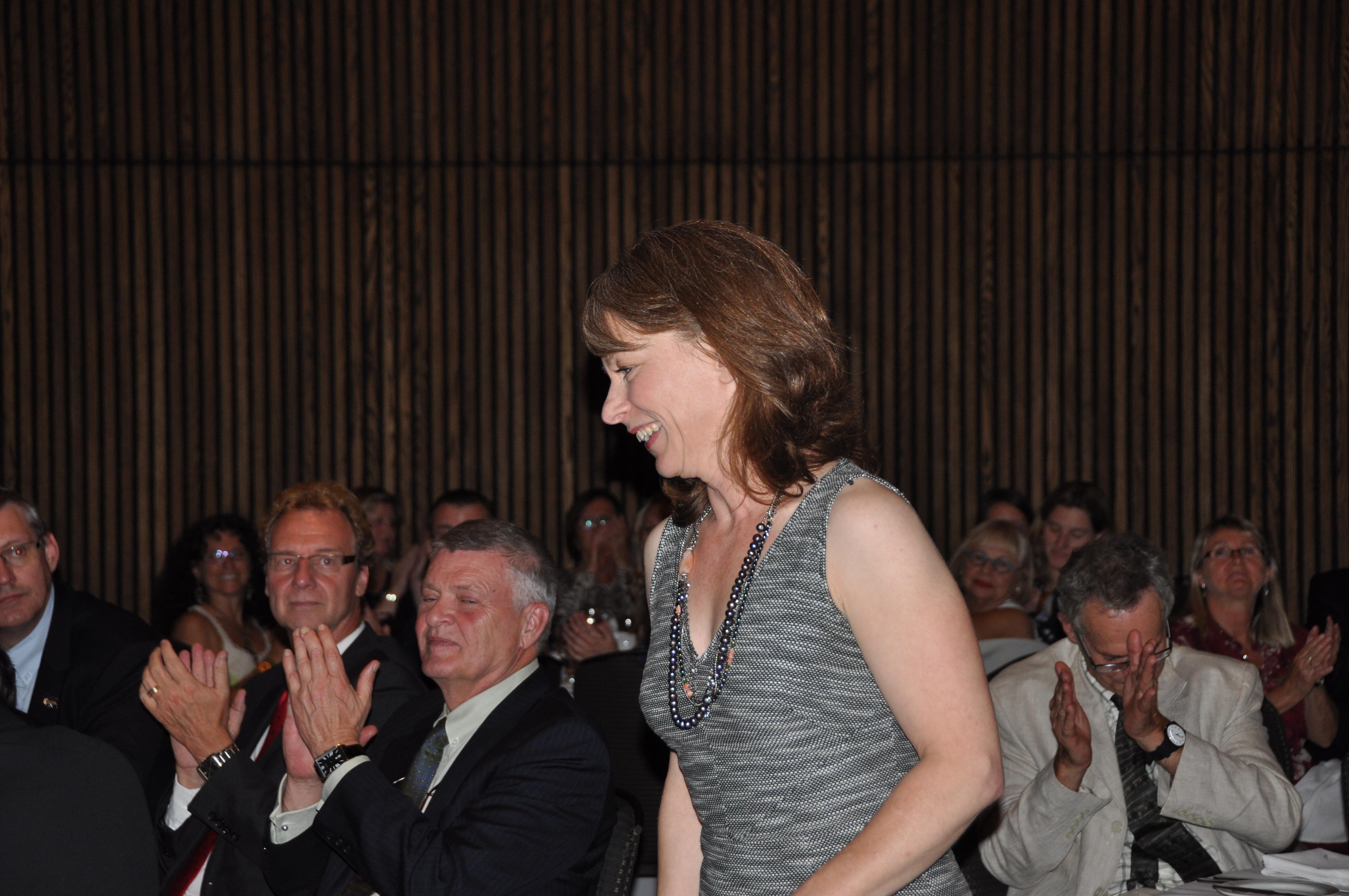 Manon Lapointe se lève pour aller faire son discours