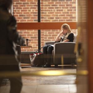 Une étudiante dans un salon étudiant