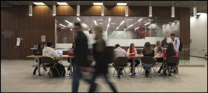 Un groupe diversifié étudie devant une salle de classe