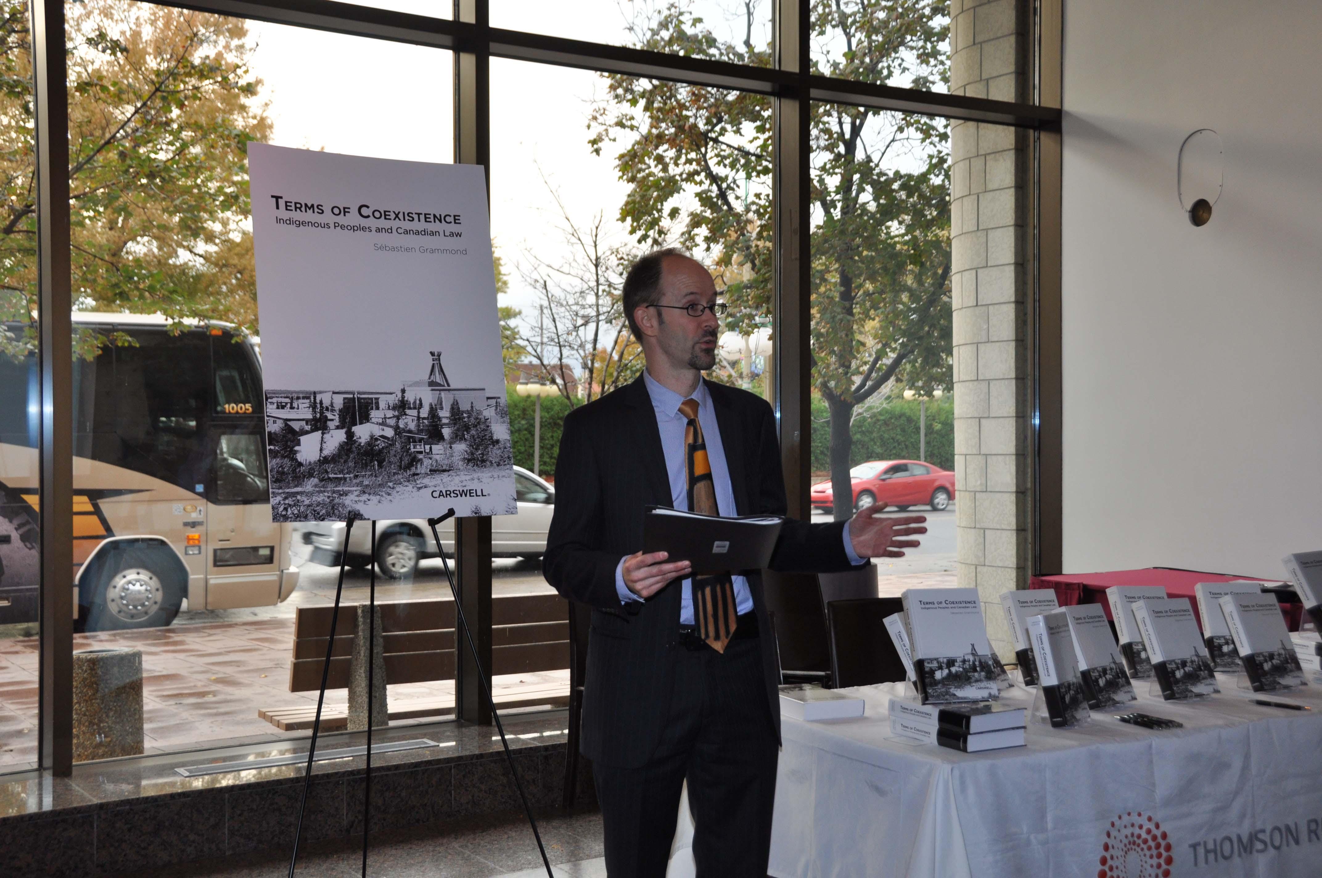 Le doyen Grammond prononce un discours à l'occasion du lancement de son livre.