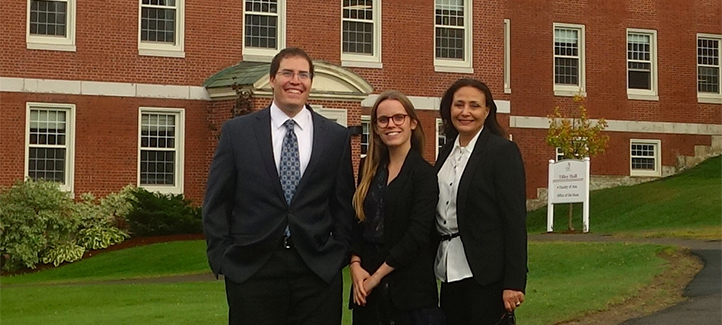 Fatima Tajini, Victoria Snyers et Sam Hamza devant un édifice de l'Université du Nouveau-Brunswick
