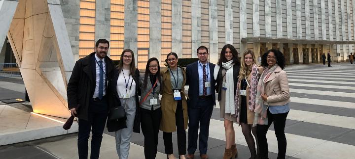 L'équipe de la simulation de 2019 se tient fièrement devant les bureaux de l'ONU