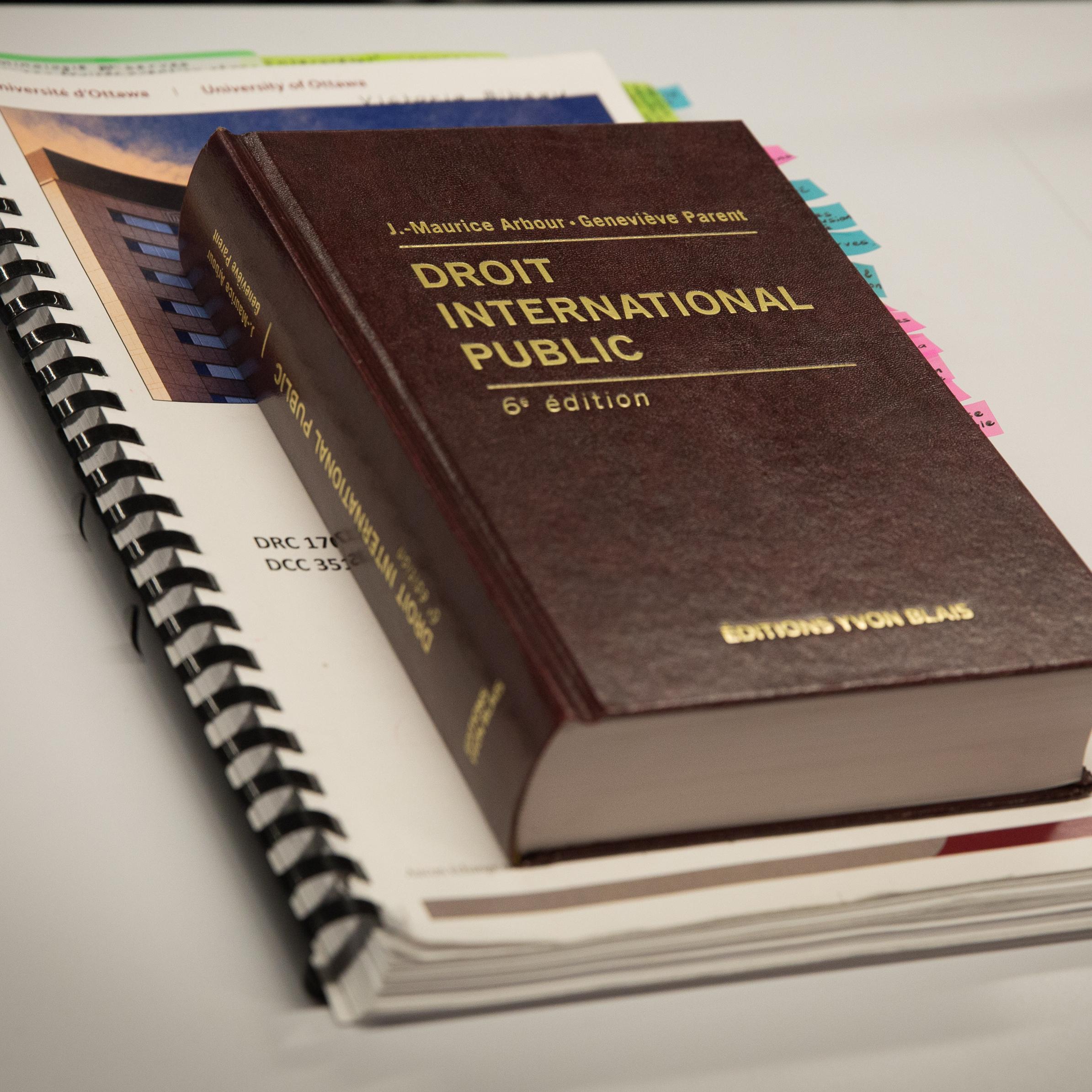Livre sur le droit par dessus un cahier de notes de cours
