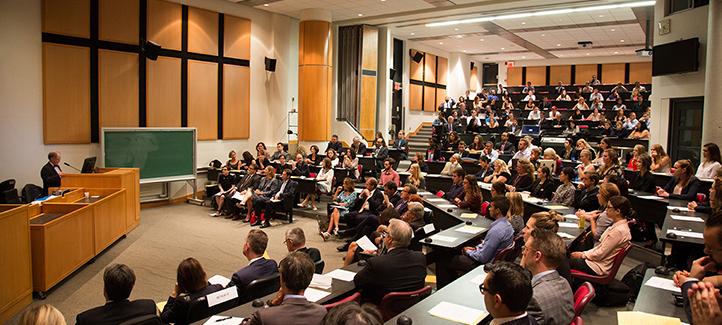 Des étudiants, professeurs et membres du personnel regroupés dans une salle de cours lors de la Rentrée solennelle de 2015.