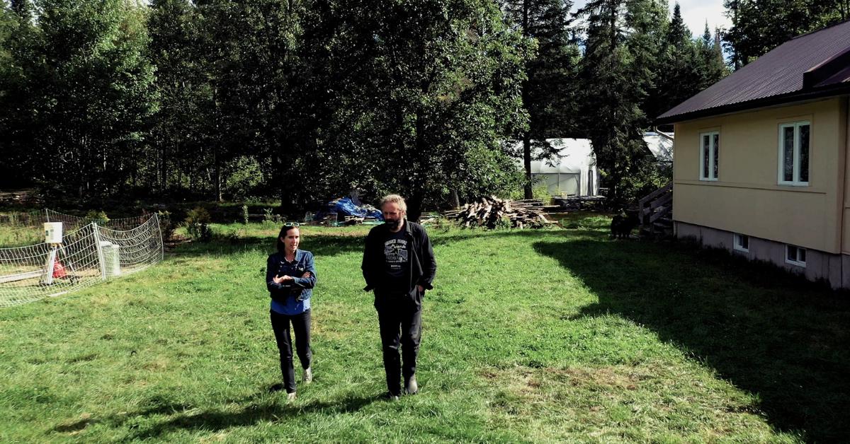 Un homme et une femme discutent en marchant sur une ferme